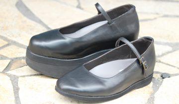 左右差8cm・靴だけで高さを補うパンプス